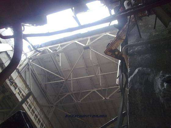 Le bâtiment au toit partiellement effondré, vu de l'intérieur. Il n'est plus vraiment étanche. © SNRIU
