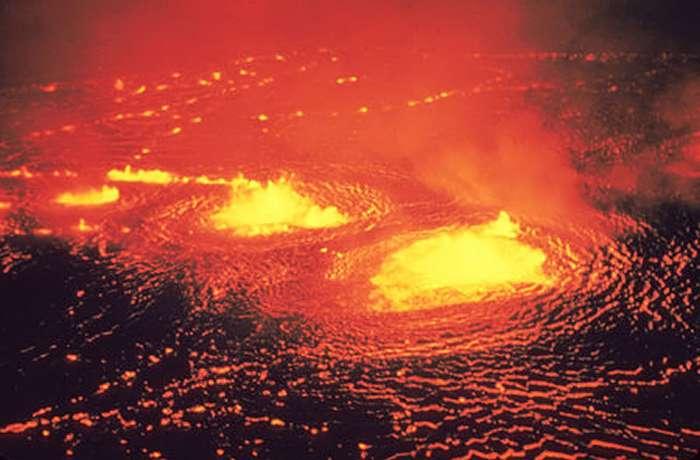 A Hawaï, la surface d'un lac de lave sur le Halema'uma'u ressemble probablement aux lacs de lave sur la surface de Corot-7b. Crédit : J. P. Eaton