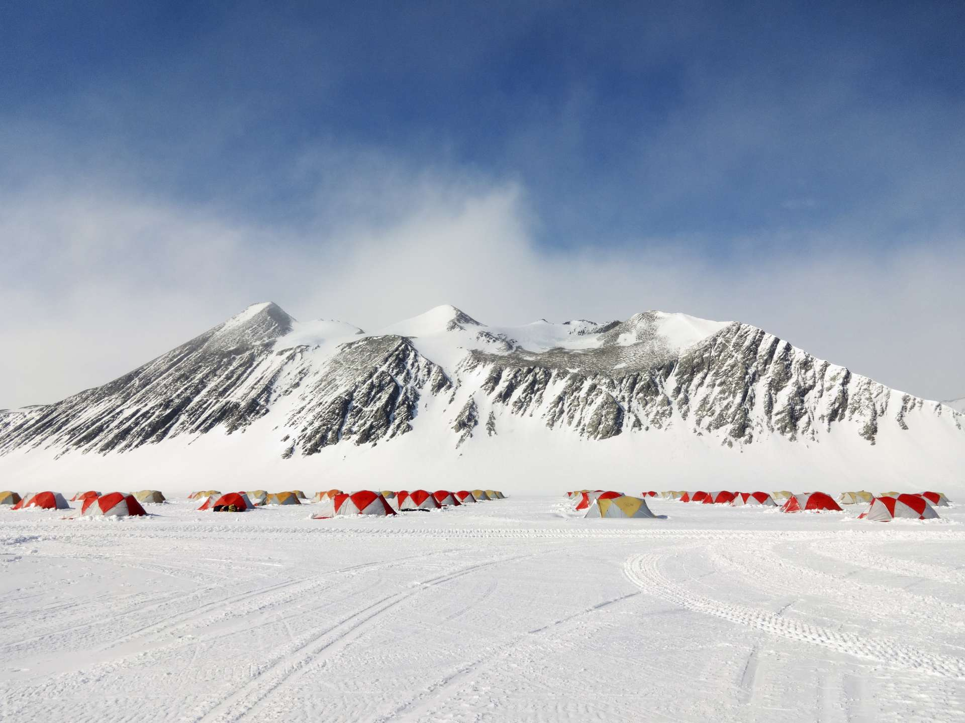 Airbnb propose à cinq voyageurs à travers le monde, dont la France, de participer à une expédition en Antarctique pour y étudier la pollution aux microplastiques. © Erin Aquino/Airbnb