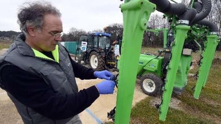 Un membre de l'institut de Recherche en sciences et technologie pour l'environnement et l'agriculture contrôle un pulvérisateur de produits phytosanitaires pour les vignes, à Montpellier. © AFP