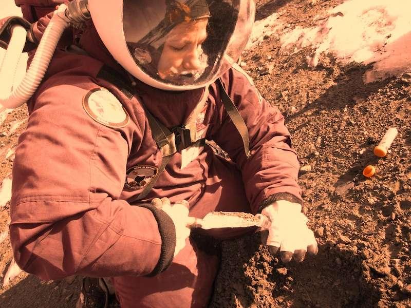 La géologue Margarita Marinova en train de récolter des échantillons de sol martien, à moins qu'il ne s'agisse du sol de l'île de Marambio, au large de la péninsule de Palmer en Antarctique. © Jon Rask