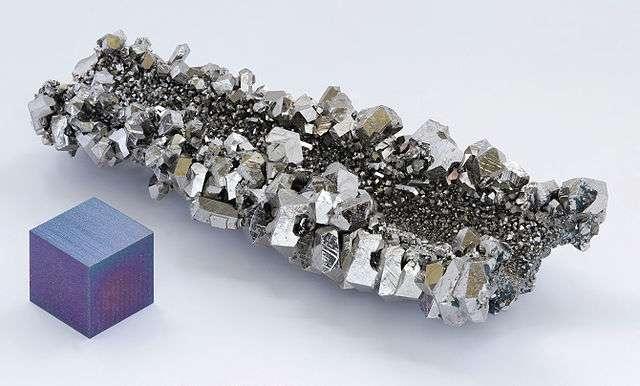 Cristaux de niobium et cube de niobium anodisé. Lorsqu'il est en contact avec l'air pendant un certain temps, le niobium prend une teinte bleutée. © Alchemist-hp, Wikimedia Commons, CC by-nc-nd 3.0