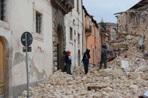En 2009, durant le tremblement de terre à L'Aquila, dans le centre de l'Italie, ce phénomène lumineux a été observé et filmé. La secousse principale était d'une magnitude comprise entre 5,8 et 6,7. © enpasedecentrale, Flickr, cc by 2.0