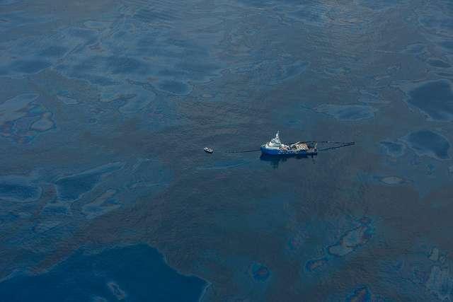 Juin 2010 : un bateau spécialisé essaye de pomper le pétrole répandu par le naufrage de la plateforme de BP Deepwater Horizon. Malgré sa taille, il paraît bien impuissant face à l'ampleur de la catastrophe. © kris krüg, Flickr, CC by-nc-sa 2.0