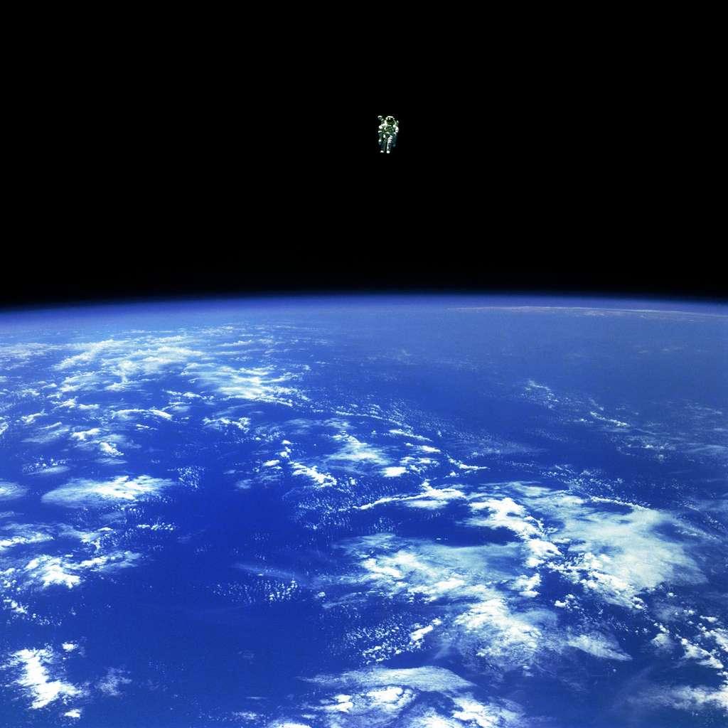 Qu'est-ce qu'un astronaute en orbite ? Rien qu'un petit point blanc, perdu au milieu d'une immensité sombre teintée de bleu par les océans de la Terre. © Nasa Goddard Photo and Video