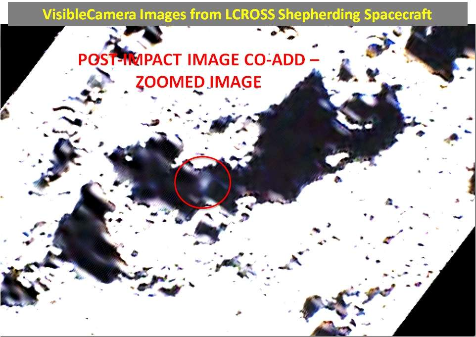 Un agrandissement de l'image du panache (obtenue par addition de trois photographies prises par la caméra de LCross dans le visible). Le panache s'est élevé à peu près à un kilomètre au-dessus de la surface et s'est étalé sur 6 à 8 kilomètres de diamètre. Durant la dernière seconde de la trajectoire de LCross, les instruments de la sonde travaillant infrarouge ont repéré le cratère creusé par l'impact, estimé à 28 mètres de diamètre. © Nasa