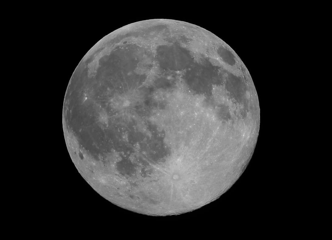 Les mers lunaires sont les zones sombres parfaitement visibles sur cette image prise à la Pleine Lune. Crédits J-B Feldmann