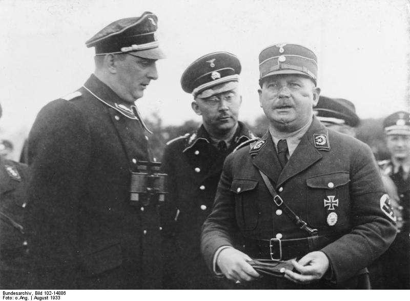 Ernst Röhm (à droite, en compagnie de Kurt Daluege à gauche et Heinrich Himmler) a été l'une des victimes de la nuit des Longs Couteaux. Il avait pour ambition de refondre l'armée allemande autour de la SA, qu'il dirigeait. © Bundesarchiv, Bild 102-14393, Wikimedia Commons, cc by sa 3.0