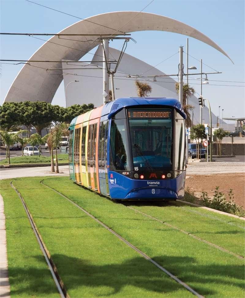 Le tramway de Santa Cruz de Tenerife passe devant le théâtre de la ville (l'Auditorio). © MTSA