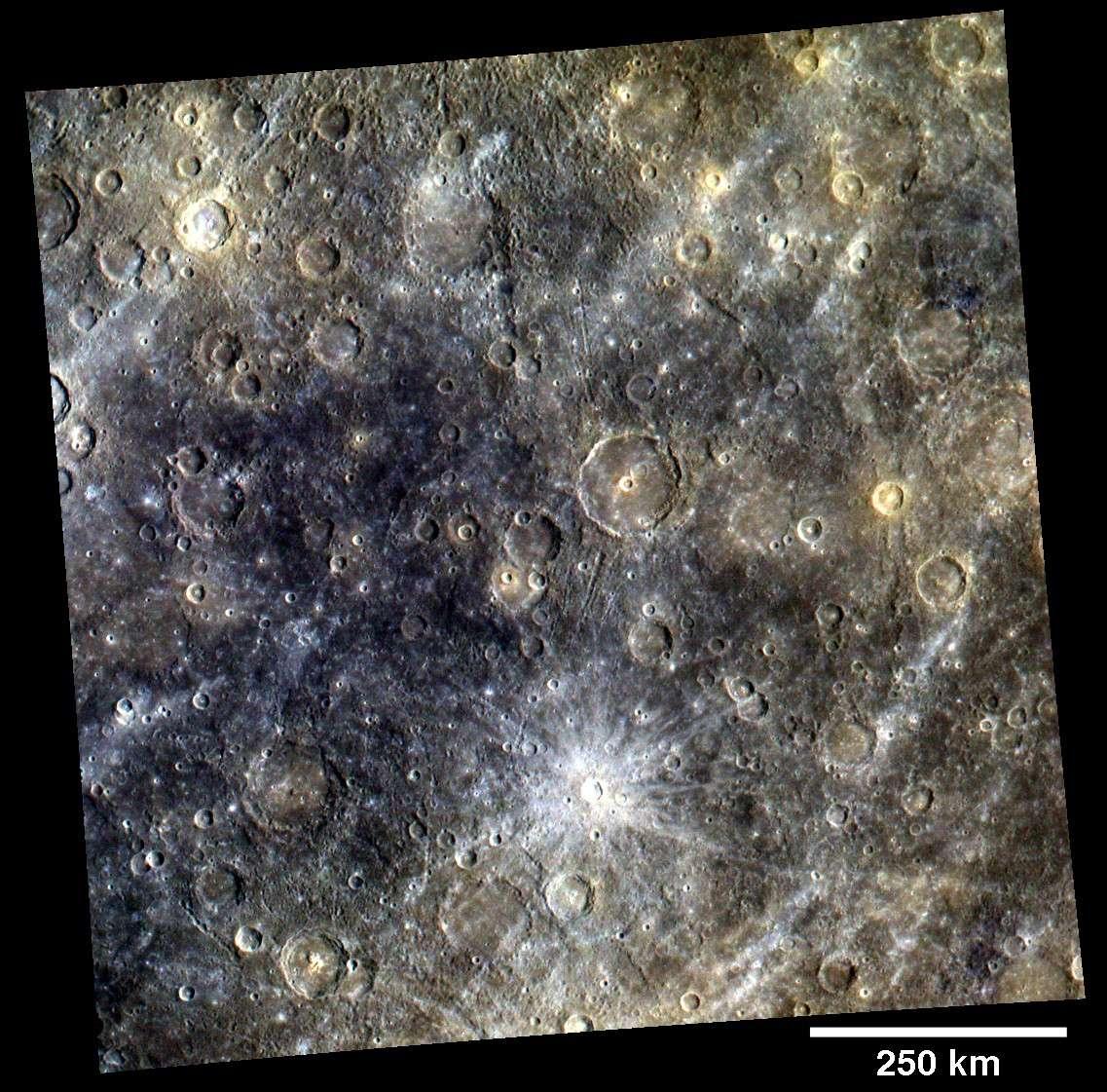 Les images de la surface de Mercure prises en couleur permettent de mieux révéler certains détails, comme ici les rayons lumineux de Snorri, un jeune cratère d'impact de 21 kilomètres de diamètre. © Nasa/Johns Hopkins University Applied Physics Laboratory/Carnegie Institution of Washington