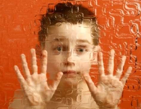 L'autisme est un trouble envahissant du développement qui induit chez l'enfant atteint des difficultés sociales et comportementales. Il n'existe aucun traitement médicamenteux pour atténuer les symptômes. © Hepingting, Flickr, cc by sa 2.0