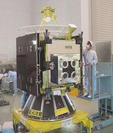 La sonde japonaise Hayabusa en cours de tests ultimes dans les laboratoires de la JAXA.