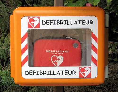 James Rand fabrique le premier défibrillateur manuel pour sauver un patient. L'appareil permet de synchroniser les battements du cœur lors d'un arrêt cardiaque grâce à des décharges électriques. © Giorgio Minguzzi, CC BY 2.0, Flickr