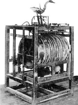 Le canard de Jacques de Vaucanson, fabriqué en 1738, avec la mécanique qui le faisait fonctionner. Il boit, il mange, il défèque et il bat des ailes selon des mouvements que l'on peut programmer. © Domaine public