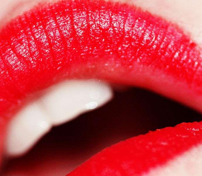 Les rouges à lèvres et les gloss pourraient contenir des métaux lourds à des niveaux toxiques... Mais cela reste à confirmer à l'aide d'une étude plus large. © Weglet, Wikimedia Commons, cc by 2.0