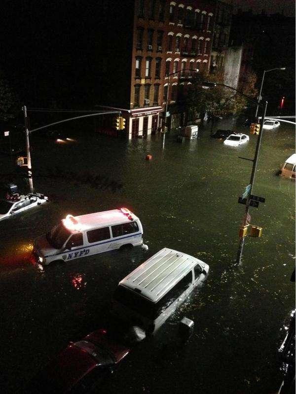 La ville de New York a été plus touchée par l'ouragan Sandy que ce qu'avaient prévu les autorités. Le phénomène de surcote était maximal (de quatre mètres) et Manhattan a été inondé en intégralité. D'après une équipe de recherche de l'université Cornell, le réchauffement climatique pourrait bien être la cause de cette véritable anomalie météo. © @Linomartone, Twitter
