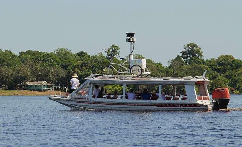 Un Google trike, juché sur un navire, bombarde (photographiquement et à 360°) les rives du Rio Negro. © Google