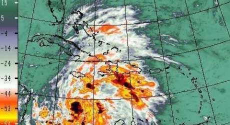 Haïti est l'un des pays les plus gravement touchés par l'ouragan Sandy. On dénombre actuellement 51 morts et plus de 250.000 réfugiés. Les risques d'épidémies, de maladies, de malnutrition, sont gigantesques. Les zones de pluies maximales (en orange sur la carte) sont les régions les plus touchées par les risques infectieux liés à l'incapacité de gestion des risques. © radiovision2000haiti.net