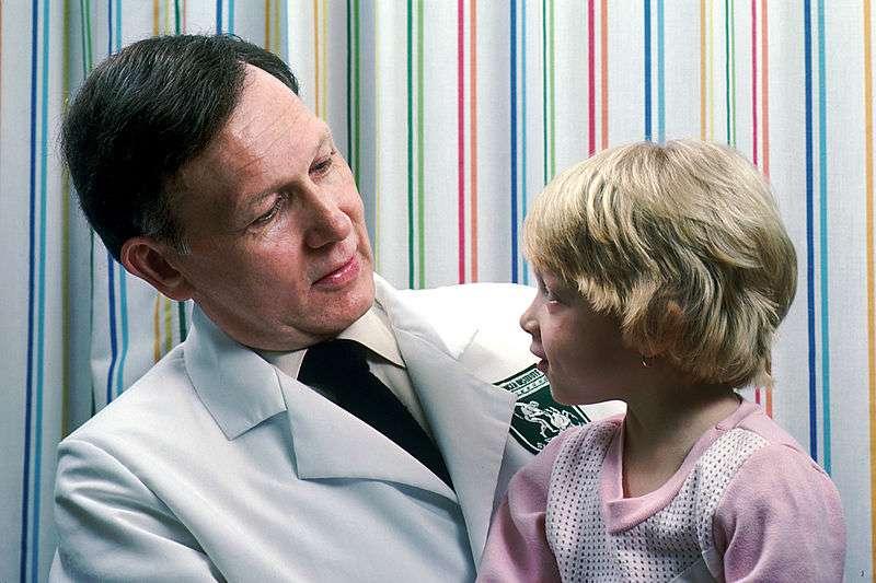 La blouse blanche permet d'identifier les personnels de santé, mais jusqu'à quand ? © National Cancer Institute (NIH), Wikimedia Commons, DP