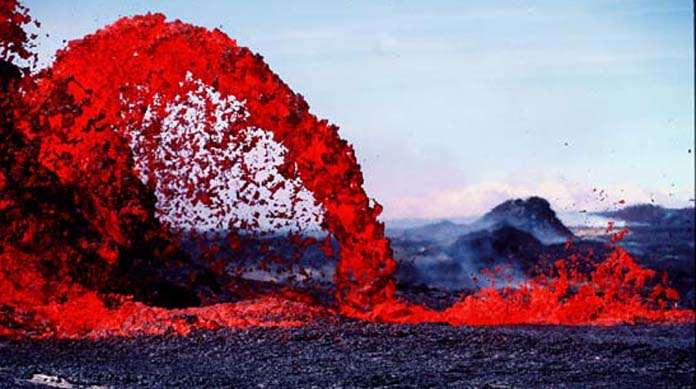 Une arche de lave au Pu'u O'o sur le Kilauea à Hawaï. Crédit : U. S. Geological Survey Jim Griggs
