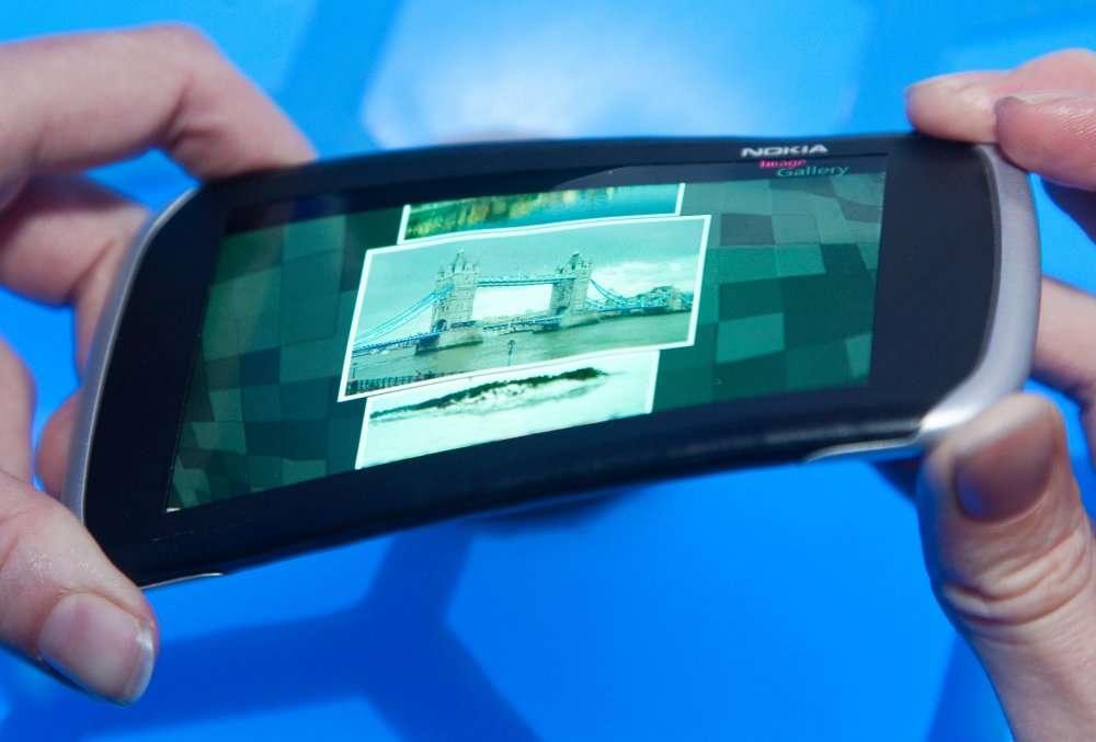 Chez Nokia, on planche sur un concept curieux : l'appareil à tordre. Ce Kinetic Device transforme la déformation d'un appareil en une forme d'interfaçage. © Nokia