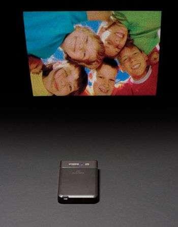 Le mini-projecteur en action. Crédit : Microvision