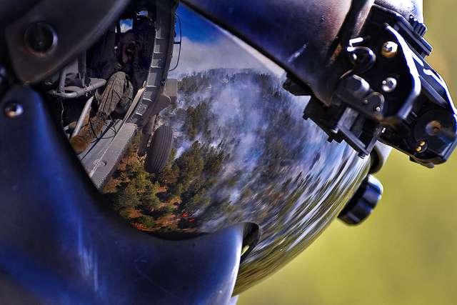 Les fortes chaleurs estivales combinées à de faibles précipitations sont malheureusement propices aux feux de forêt. La détection rapide d'un départ de feu est primordiale pour pouvoir le circonscrire avant qu'il ne prenne trop d'ampleur. Une technologie française basée sur des caméras et un algorithme d'analyse permet de pratiquer une détection dès les premiers signes d'un début incendie. © US Army, Flickr, CC BY 2.0