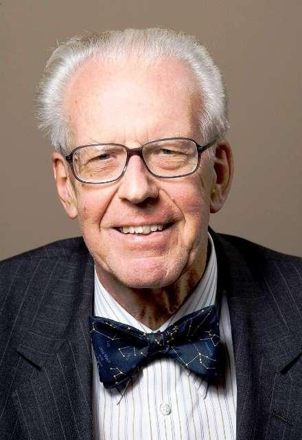 Maarten Schmidt (né le 28 décembre 1929) est un astronome néerlandais. Il fut le premier à identifier et à mesurer optiquement la distance d'un quasar. Sa découverte amorça le déclin de la théorie de la cosmologie stationnaire, remplacée par celle du Big Bang. © Kavli Foundation