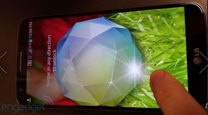 Selon le site Engadget, cette photo est celle du LG Optimus G2 qui sera officiellement présenté le 7 août à New York. Il devrait être équipé de l'écran 5,2 pouces Full HD ultrafin mis au point par LG Display. © Engadget