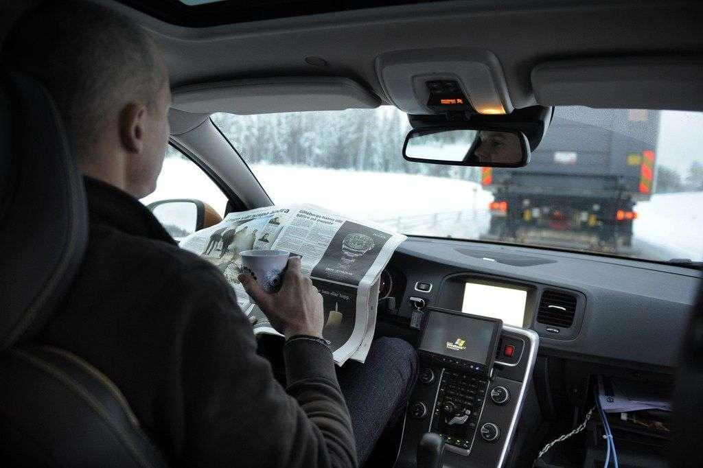 Alors que les États-Unis et plusieurs pays européens dont l'Allemagne, l'Espagne et le Royaume-Uni, ont déjà autorisé la circulation de véhicules autonomes sur les routes, la France rattrape son retard en la matière. D'ici quelques mois, les constructeurs automobiles français pourront eux aussi tester leurs modèles de voitures, de minibus ou de camions sans chauffeur. © Volvo