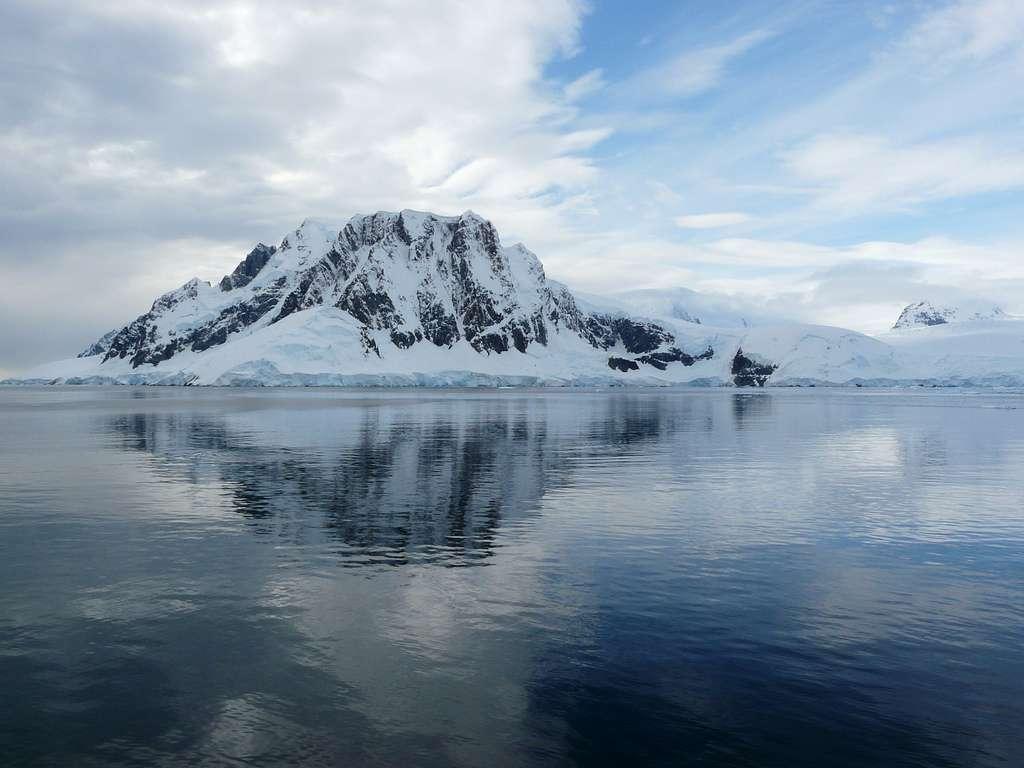 Le plateau continental de l'Antarctique est étroit et profond dans sa partie proche des côtes, puisque situé entre 400 m et 800 m de profondeur. Ailleurs dans le monde, les plateaux continentaux ont une profondeur moyenne de 133 m, selon l'Institut polaire français Paul Émile Victor. © benontherun.com, Flickr, cc by nc sa 2.0
