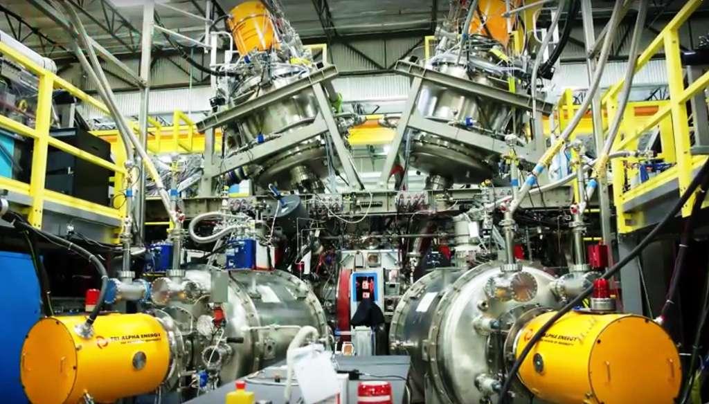 Une vue de C2, la machine de la société Tri Alpha Energy. On ne sait pas encore grand chose sur elle car la société californienne communique peu. On sait tout de même qu'elle est développée avec l'aide de la Russie, des fonds provenant notamment de Paul Allen, le cofondeur de Microsoft, et que l'on peut trouver dans son conseil d'administration Buzz Aldrin et le prix Nobel de physique Arno Wilson. La réaction de fusion envisagée dans le futur avec C2 (ou plus probablement ses successeurs) produirait des particules alpha chargées. Particules dont l'énergie peut, en théorie, être directement convertie en électricité grâce au principe de la conversion cyclotron inverse. © Science Magazine