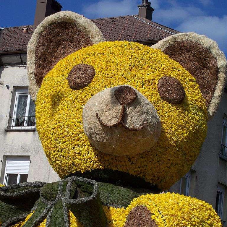 Détail d'un char en forme d'ours en peluche durant le défilé de la fête des jonquilles, à Gérardmer. © Superjuju10, Wikimedia Commons, cc by sa 3.0