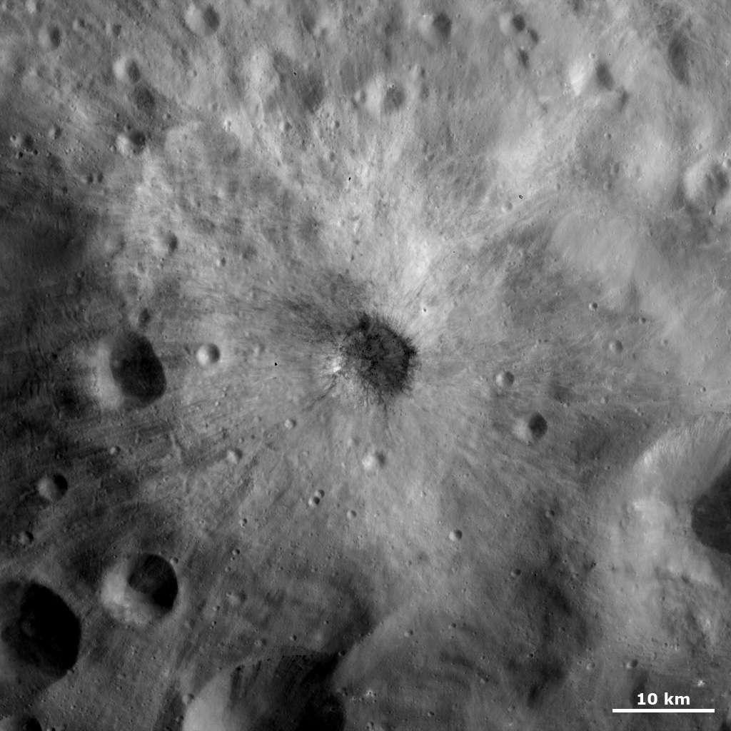 Cet étrange petit cratère de 5 kilomètres de diamètre découvert à la surface de Vesta révèle une alternance d'éjectas sombres et clairs. © Nasa/ JPL-Caltech/ Ucla/ MPS/ DLR/ Ida