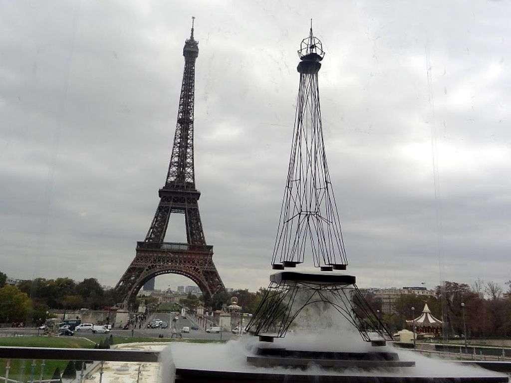 Une maquette de la tour Eiffel en pleine lévitation lors d'une démonstration en 2011. Elle lévite grâce à des pastilles supraconductrices, refroidies dans de l'azote liquide à -196 °C. À cette température, ce genre de matériau conduit parfaitement le courant électrique et expulse les champs magnétiques. Ils repoussent ainsi les aimants et font léviter la Tour. Conception : Alexandre Echasseriau ; conseillers scientifiques : Julien Bobroff, Frédéric Bouquet (LPS, Orsay), PPartenariat CNRS - Université Paris Sud - Supra2011 © J. Bobroff, LPS
