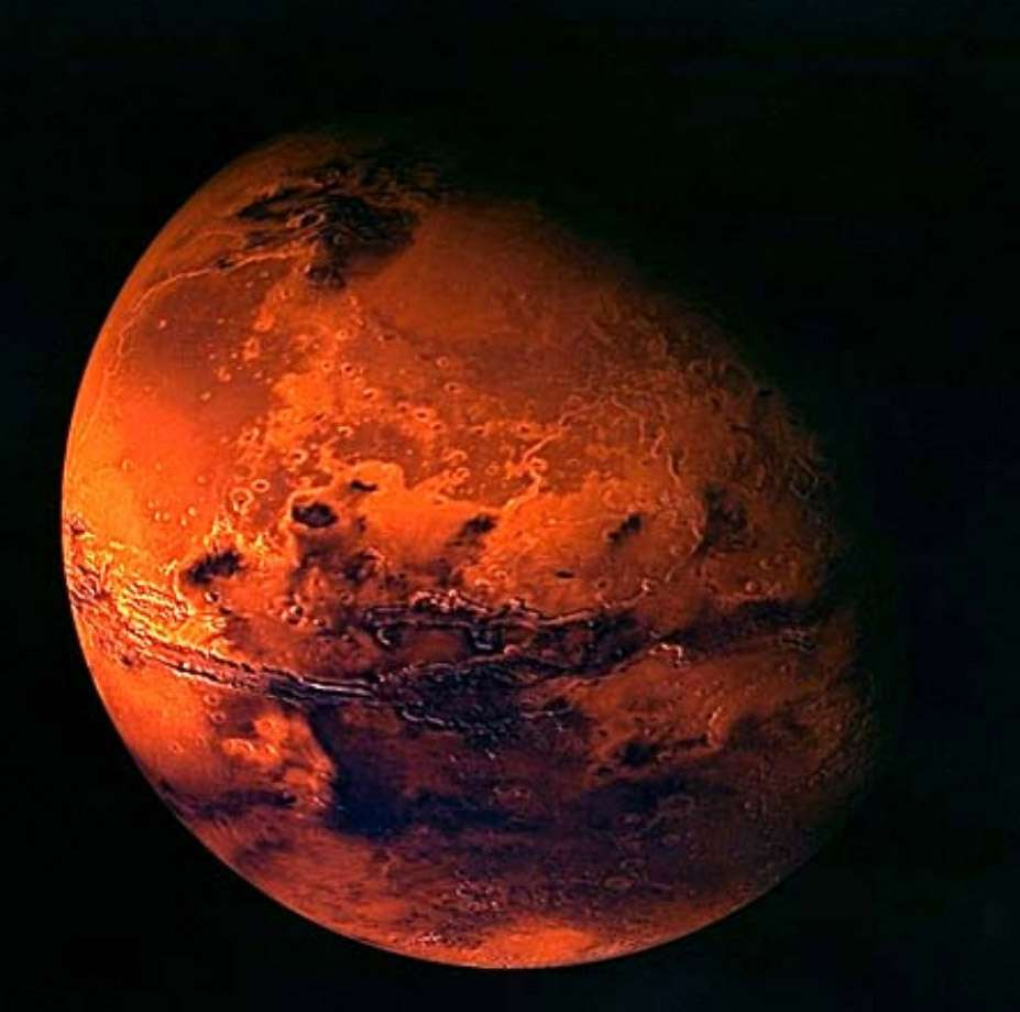 Pierre angulaire de tout programme d'exploration spatiale, la planète Mars fascine. Sa proximité avec la Terre et son histoire similaire en font un lieu idéal pour y rechercher des traces de vie ou la coloniser. © Esa/Mars Express
