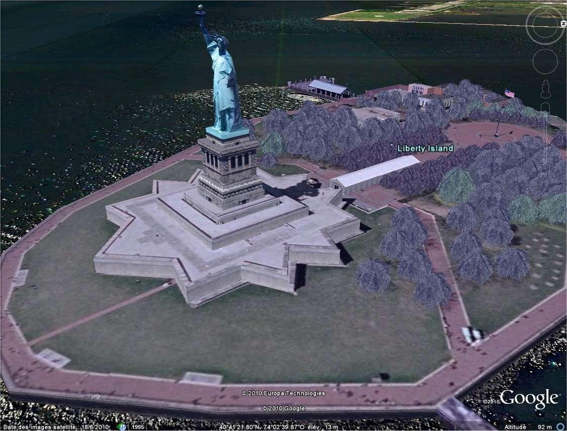 La statue de la Liberté, à New York, se pare d'une végétation artificielle qui apparaît en relief. Pourtant, les photographies originales qui montrent les vrais arbres, certes en 2D, sont bien plus réalistes.