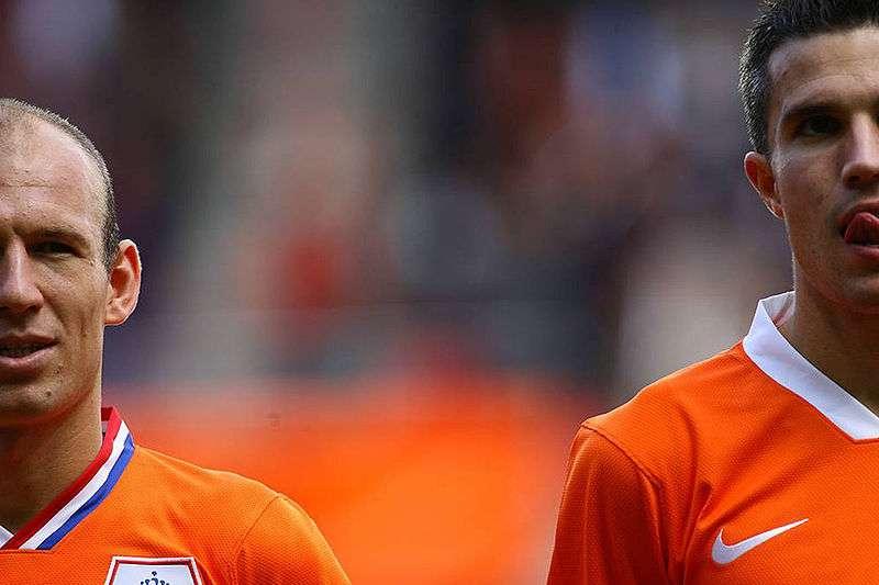Les maillots dans le collimateur de la BEUC sont finalement ceux des équipes favorites de cet Euro. L'Espagne, tenante du titre, l'Allemagne, mais aussi les Pays-Bas (à l'image d'Arjen Robben à gauche et Robin Van Persie à droite), finaliste de la dernière Coupe du monde. © Tsutomu Takasu, Wikipédia, cc by 2.0