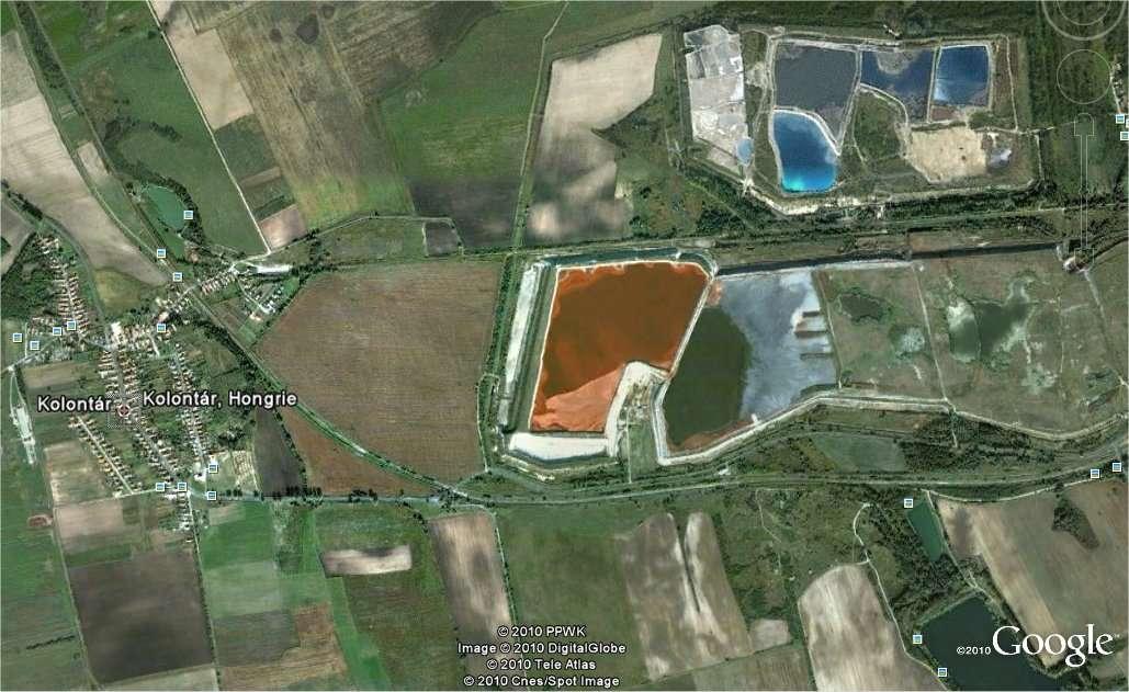 La commune de Kolontar, en Hongrie, vue par Google Earth. On remarque les bassins à droite. La commune de Devecser, menacée par une nouvelle inondation toxique, se trouve un peu plus loin au nord-ouest.