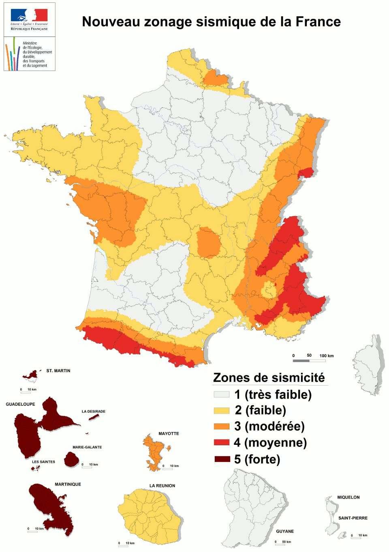 Carte officielle de la sismicité en France. Elle indique le risque sismique mais aussi les accélérations du sol (les mouvements, donc) auxquelles on peut s'attendre, de moins 0,7 m/s2 (catégorie 1) à plus de 3 m/s2 (catégorie 5). © Plan séisme