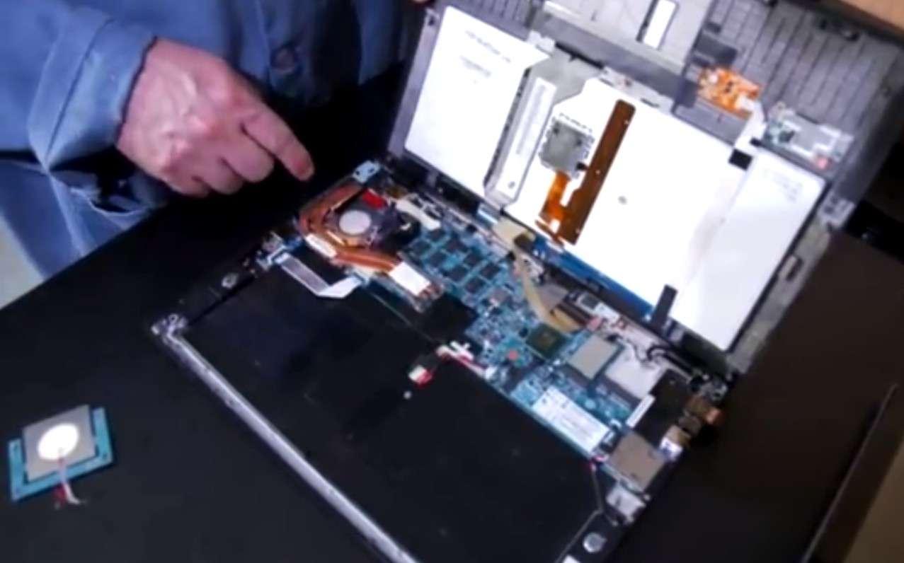 Les ingénieurs de General Electric ont installé leur système de refroidissement DCJ dans un PC portable à la place du ventilateur d'origine. Deux fois moins épais, le DCJ a libéré de l'espace qui pourrait permettre d'ajouter d'autres composants ou favoriser la création d'appareils plus fins. © General Electric