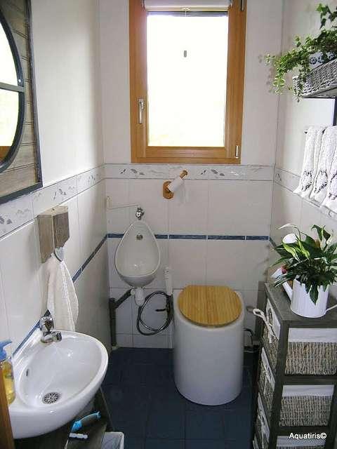 Des toilettes écologiques qui s'intègrent de façon esthétique dans une salle de bains classique. © Sustainable sanitation, cc by 2.0