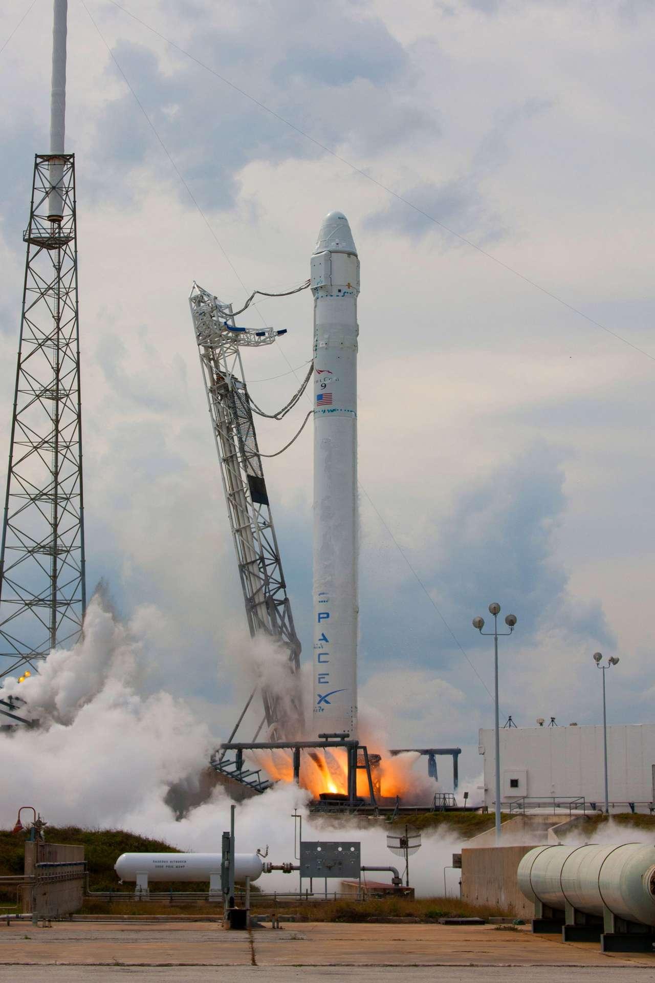 Le 25 février dernier, le lanceur Falcon-9 a été soumis à un essai statique, au cours duquel les neuf moteurs ont été mis à feu pleine puissance durant deux secondes. © SpaceX