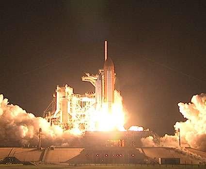 La navette Discovery décolle enfin, pour la mission QSTS-128, vendredi à 11 h 59 en heure locale (samedi à 5 h 59 en heure française). © Nasa / Ken Thornsley
