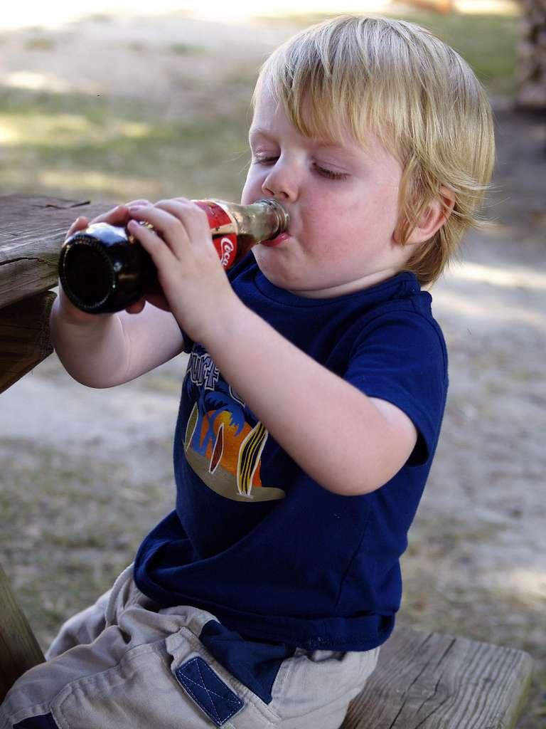 Les sodas sont riches en sucre, et ne sont pas recommandés pour les enfants. Les pédiatres préconisent plutôt de donner de l'eau aux petits pour qu'ils se réhydratent, et de leur offrir de temps en temps des jus de fruits pour leur faire plaisir. Cette nouvelle étude est un argument de plus : les enfants qui boivent trop de sodas seraient plus agressifs que les autres. © austinbarrow, Flickr, cc by nc sa 2.0