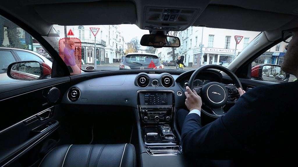 Le système d'affichage imaginé par le constructeur Jaguar Land Rover rend transparents les montants de parebrise et les montants latéraux grâce à un système de caméras extérieures relayant les images à des écrans. © Jaguar Land Rover