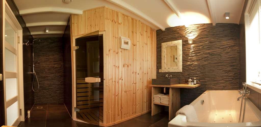 Le sauna est un espace dédié au bien-être : il s'agit d'une pièce en bois dans laquelle on peut prendre un bain de chaleur sèche, d'une température variant entre 70 et 100 °C. © K. vd Walle, Flickr, cc by sa 2.0