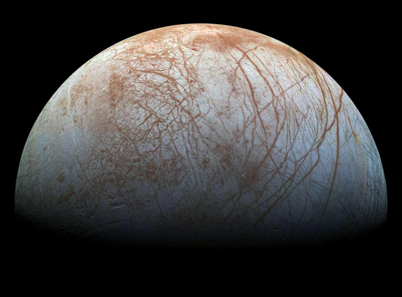 Cette image mosaïque vient d'être réalisée à partir de photographies prises par la sonde spatiale Galileo lors de survols en 1995 et 1998. Dans ces régions, le blanc et le bleu, qui dominent, indiquent une densité plus importante de glace d'eau pure. Quant aux vaisseaux rouges et ocre qui veinent les régions équatoriales, il s'agit de matériaux non aqueux qui s'accumulent dans des lignes de fractures. © Nasa, JPL-Caltech, Seti Institute