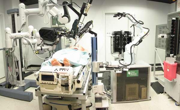 La première opération de chirurgie menée à l'aide d'un robot commandé à distance a eu lieu en 2001 avec un chirurgien basé à New York qui a opéré un patient situé en France. Aux États-Unis, le département de la Défense compte se munir de ce genre de technologie d'ici 2025 pour pouvoir le déployer sur des théâtres d'opérations afin que des chirurgiens puissent opérer des soldats blessés à des milliers de kilomètres de distance. © SRI International via Wikimedia Commons, CC by SA 3.0