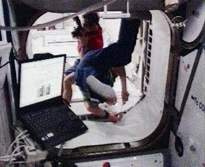 L'astronaute français de l'Esa, ingénieur de vol, Léopold Eyharts photographie l'intérieur du module Columbus, tandis que son collègue allemand Hans Schlegel se trouve à l'avant-plan. Capture Nasa-TV